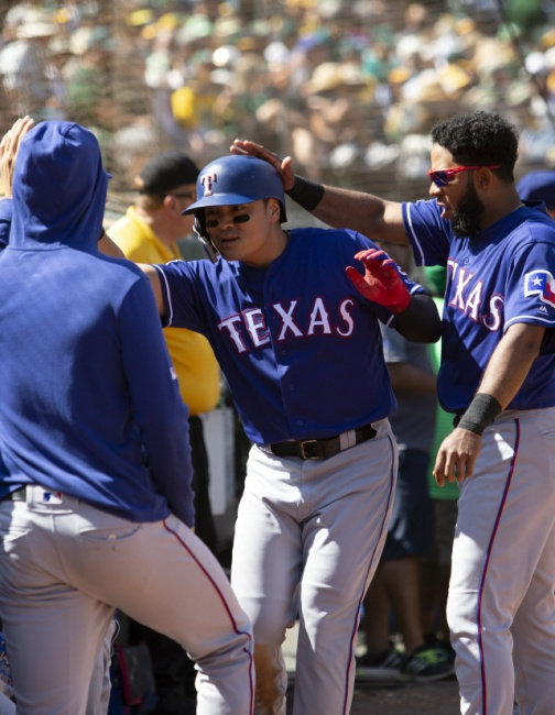 ▲ Texas Rangers Shin-Soo Choo, center, is greeted by his teammates after scoring on a single by Danny Santana during the fourth inning of a baseball game against the Oakland Athletics, Sunday, Sept. 22, 2019, in Oakland, Calif. (AP Photo/D. Ross Cameron)