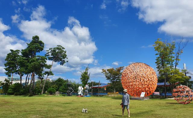 ▲ 제17호 태풍 '타파'가 물러가며 화창한 날씨를 보인 23일 춘천시 서면 애니메이션 박물관 뒤로 푸른 하늘이 펼쳐져 장관을 이루고 있다.  서영
