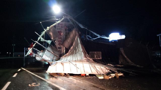 ▲ 태풍 타파의 영향으로  지난 22일 횡성군 둔내면 둔방대리의 한  하우스 천막이 바람에 주택으로 날아가 긴급출동한 소방대원들이 제거작업을 벌였다.