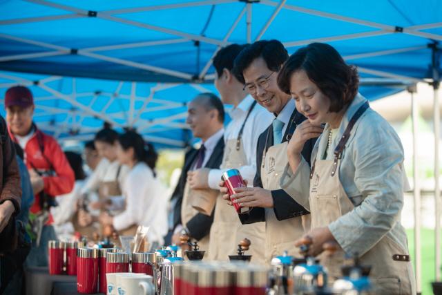 ▲ 올해 강릉 커피축제에서는 '100人 100味 바리스타 핸드드립 퍼포먼스'등 다채로운 행사가 열릴 예정이다.