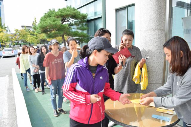 ▲ 강릉 커피축제와 연계해 열리는 'K-POP콘서트' 티켓을 구하기 위해 각 읍·면·동 주민센터마다 긴 줄이 이어지는 진풍경이 연출됐다.