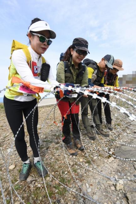 ▲ 향로봉 정상에서 참가자들이 평화를 기원하는 리본을 매달고 있다.