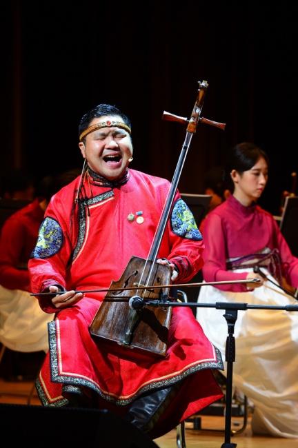 ▲ 테무진 푸레브쿠후가 몽골 전통창법인 '후미'를 부르는 모습.