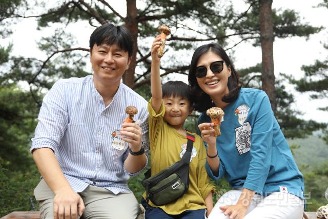 ▲ 양양 송이축제 체험행사에 참가한 가족들이 직접 딴 송이를 들고 즐거워하고 있다.