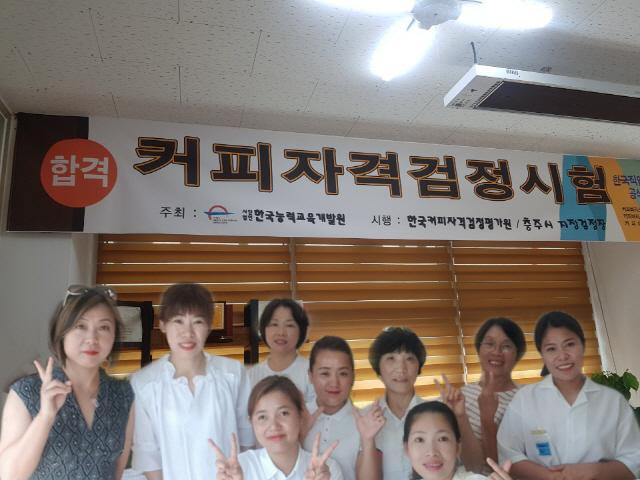 ▲ 최근 바리스타 2급 자격증을 취득한 영월지역 결혼이민자들.