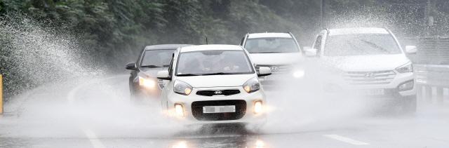 ▲ 제18호 태풍 미탁이 북상하며 많은 비가 내린 가운데 2일 춘천의 한 도로에서 차량들이 물보라를 일으키며 달리고 있다.   최유진
