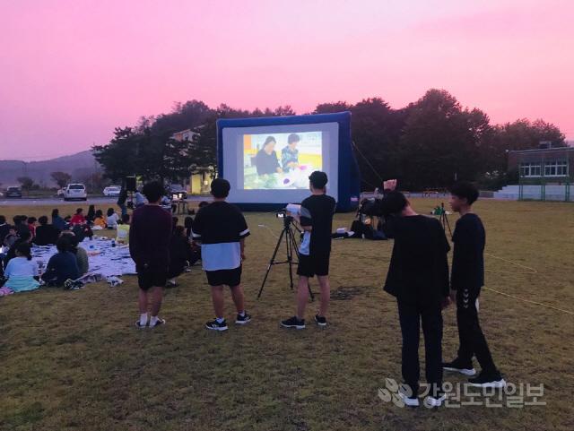 ▲ 고성 대진중(교장 김영철)은 지난 1일 학교 운동장에서 '가을바람과 함께하는 마을 영상 상영회'를 가졌다.