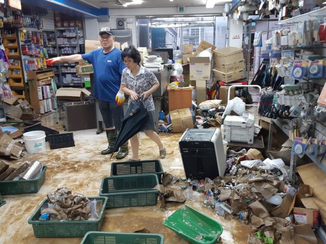 ▲ 지난 2일 밤 제18호 태풍 미탁의 영향으로 강릉시에 300㎜가 넘는 폭우가 쏟아지면서 강릉시 포남동 인근 상가 건물이 침수됐다.
