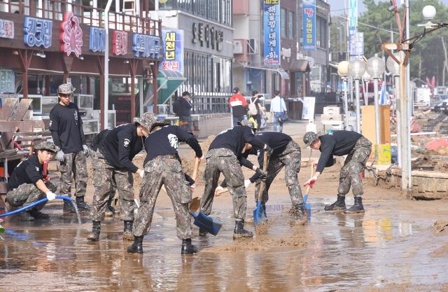 ▲ 4일 강원 삼척시 시내에서 군 장병들이 태풍 '미탁'으로 말미암아 침수됐던 시가지 도로를 청소하고 있다.