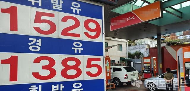 ▲ 전국 주유소 기름값이 유류세 인하 조치가 끝난 8월 말부터 6주째 상승했다.10월 첫째 주 전국 주유소 휘발유 가격은 전주보다 4.3원 상승한 ℓ당 1543.3원을 기록한 가운데 6일 춘천의 한 주유소가 1529원에 판매하고 있다. 서영
