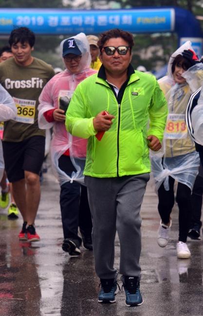 ▲ 지난 5일 경포해변에서 열린 경포마라톤대회에 황영조 국민체육진흥공단 감독이 시민들과 함께 달리고 있다.  서영