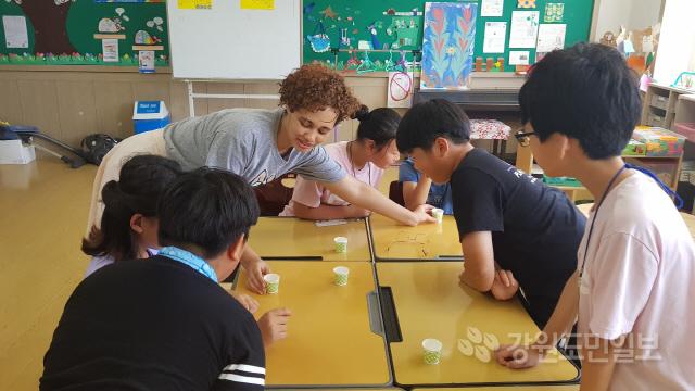▲ 송포초교는 원어민과 함께하는 영어 특성화교육을 통해 생활영어는 물론 장기적으로는 영어토론으로 까지 발전시키는 것을 목표로 하고 있다.