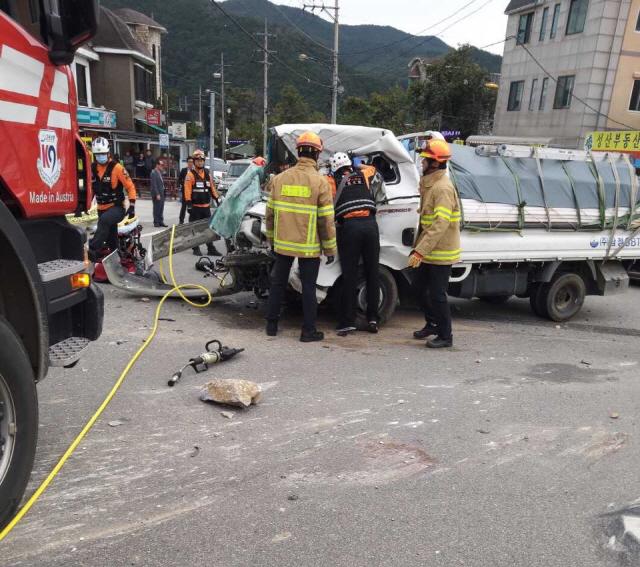 ▲ 7일 강릉시 성산면 오봉삼거리에서  25t 덤프트럭과 1t봉고트럭이 충돌하는 사고가 발생,구급대원이 구조작업을 벌이고 있다.