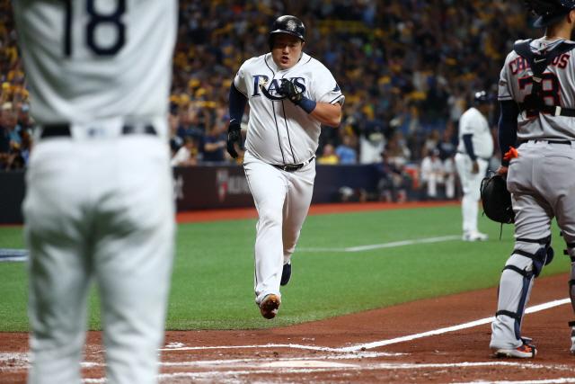 ▲ 미국프로야구(MLB) 탬파베이 레이스의 최지만(28)이 3차전 홈런에 이어 4차전에서 휴스턴 애스트로스의 에이스 저스틴 벌랜더를 상대로 볼넷 3개를 골라내는 등 4출루 활약으로 대반격을 이끌었다.