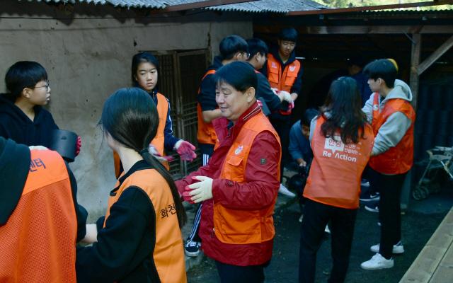 ▲ 화천군자원봉사센터(센터장 김영수)는 9일 가족봉사단 100여명과 최문순 군수 등이 참가한 가운에 지역 저소득가구를 위한 사랑의 연탄 나누기 봉사활동을 했다.