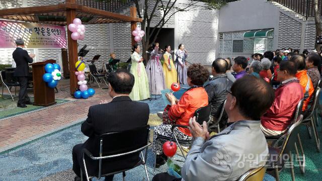 ▲  소양동 한신휴플러스아파트 경로당(회장 김태근)은 지난 8일 아파트 내 공연장에서 경로당 어르신과 주민들이 참석한 가운데 어르신을 위한 작은 음악회를 열었다.