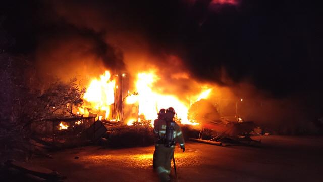 ▲ 9일 오전 4시7분쯤 양양군 서면 가라파리의 한 창고에서 화재가 발생, 긴급출동한 소방대원들이 진화작업을 벌이고 있다.