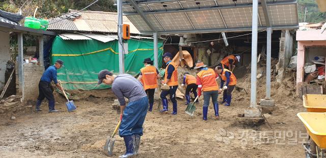 ▲ 태풍 '미탁' 피해가 집중된 삼척 초곡마을에서 10일 경기 평택시 자원봉사자들이 이재민 주택 복구를 돕고 있다.구정민