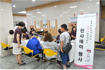 ▲ 한림대 춘천성심병원(병원장 이재준)은 최근 병원 본관 1층 로비에서 천사데이(1004-Day) 무료건강검진 행사를 가졌다.