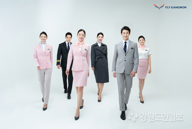 ▲ 플라이강원은 10일 은 객실,운항,공항,정비직 직원들이 착용할 유니폼을 공개했다.