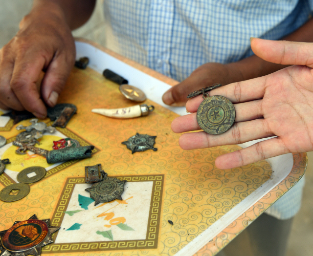 ▲ 케산전투현장에서 수거한 유물들을  관광객을 대상으로 판매하고 있다.