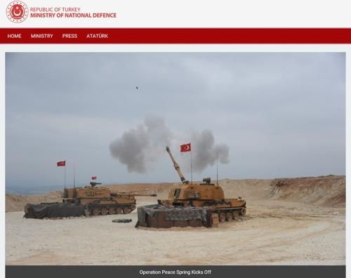 ▲ 터키 국방부는 10일(현지시간) 홈페이지에 '평화의 샘 작전 개시'라는 설명과 함께 한국 자주포 기술을 도입해 만든 T-155의 포격 사진을 게재했다. 2019. 10. 10