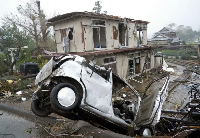 ▲ 12일 제19호 태풍 하비기스가 일본에 접근하고 있는 가운데 일본 시즈오카(靜岡)현 이치하라(市原)시에서 돌풍에 의해 차량이 넘어져 있다. 그 뒤로는 파손된 주택도 보인다. 2019.10.12