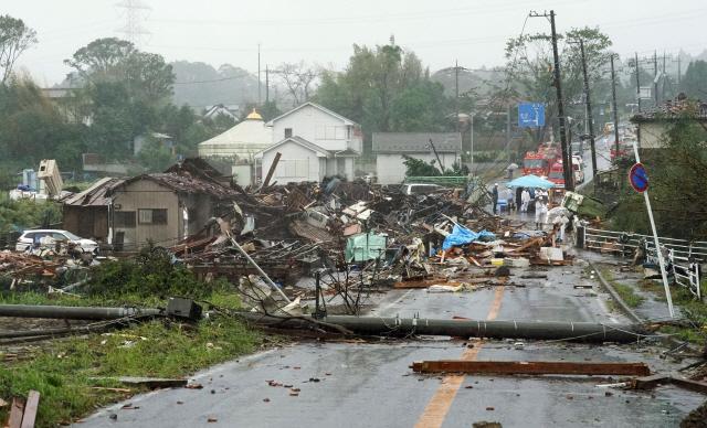 ▲ 초강력 태풍 '하기비스'가 12일 저녁 일본 열도에 상륙할 것으로 예상되는 가운데 이날 도쿄 인근 이치하라에서 강풍으로 집이 부서지고 전봇대가 쓰러져 있다.