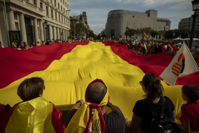 """▲ People hold a huge Spanish flag as they celebrate a holiday known as """"Dia de la Hispanidad"""" or Spain's National Day in Barcelona, Spain, Saturday, Oct. 12, 2019. Spain commemorates Christopher Columbus' arrival in the New World and also Spain's armed forces day. (AP Photo/Emilio Morenatti)    <All rights reserved by Yonhap News Agency>"""