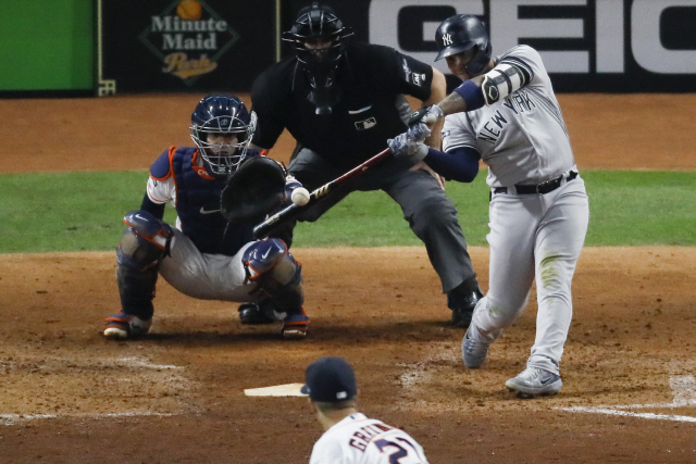 ▲ New York Yankees' Gleyber Torres hits a home run off Houston Astros starting pitcher Zack Greinke during the sixth inning in Game 1 of baseball's American League Championship Series Saturday, Oct. 12, 2019, in Houston. (AP Photo/Sue Ogrocki)    <All rights reserved by Yonhap News Agency>