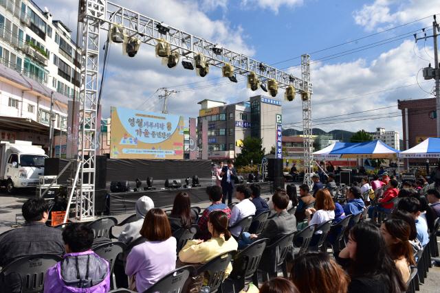 ▲ 영월군은 지난 12일 영월읍 서부시장에서 대표 먹거리인 닭강정과 전병 만들기 등의 '왁자지껄 전통시장 마케팅 행사'를 개최했다.