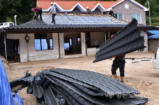 ▲ 태풍 '미탁' 영향으로 큰 피해를 입은 삼척지역 수해 지역 대부분에 대한 응급복구가 마무리 단계에 접어든 가운데,마을 안길 청소가 한창 진행되고 있다.