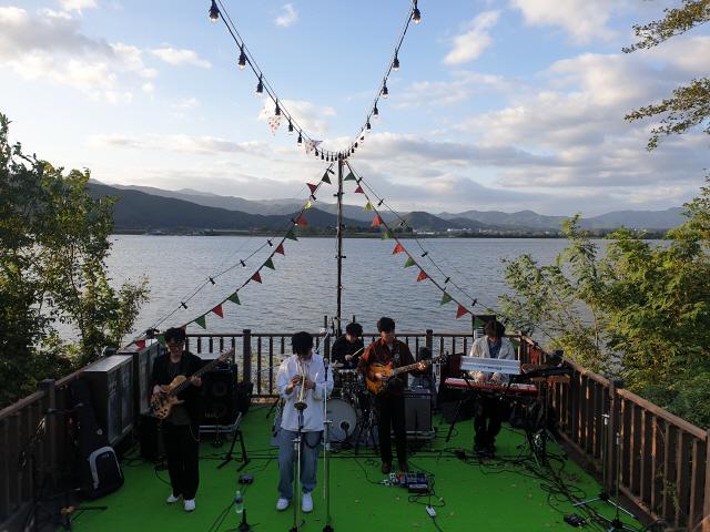 ▲ 수변무대에서 공연하는 밴드 잭킹콩.