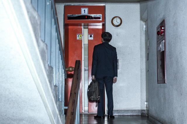 ▲ 사의를 밝힌 조국 법무부 장관이 14일 오후 방배동 자택으로 들어가고 있다. 연합뉴스