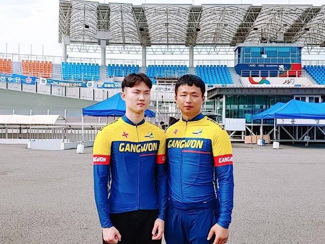 ▲ 김정빈·공민우(사진 왼쪽부터)가 14일 양양종합스포츠타운 사이클경기장에서 열린 제39회 전국장애인체육대회 텐덤사이클(시각장애) 남자 트랙 스프린트 200m 경기에서 우승을 차지했다.