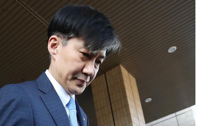 ▲ 전격적으로 사의를 밝힌 조국 법무부 장관이 14일 오후 정부과천청사 법무부를 나서고 있다.  연합뉴스