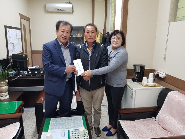▲ 전선미(사진 오른쪽)씨는 지난 14일 속초 조양동사무소를 방문,김영복 동장(사진 왼쪽)에게 이웃돕기 성품을 전달했다.