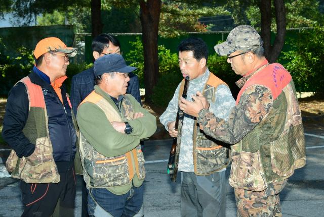 ▲ 화천군 야생생물관리협회 소속 베테랑 엽사들이 15일 화천읍에서 야생 멧돼지 포획에 앞서 총기를 점검하고 있다.