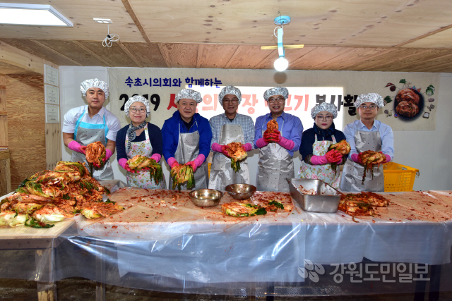 ▲ 속초시의회는 16일 노학동 소재 '산들바람김치'에서 자원봉사자들과 함께 '사랑의 김장담그기 봉사활동'을 진행했다.