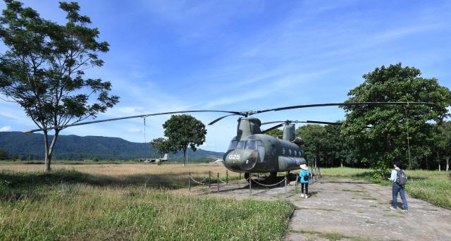 ▲ 베트남전쟁의 최대 격전지 중 한 곳인 케산전투기지 관광지에 미군의 헬기가 전시품으로 놓여있다.