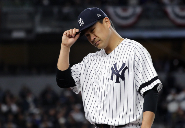 ▲ NEW YORK, NEW YORK - OCTOBER 17: Masahiro Tanaka #19 of the New York Yankees is taken out of the game against the Houston Astros during the sixth inning in game four of the American League Championship Series at Yankee Stadium on October 17, 2019 in New York City.   Elsa/Getty Images/AFP