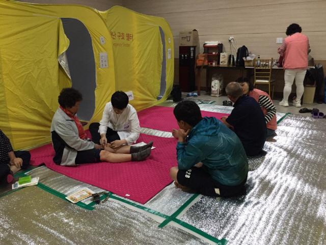 ▲ 삼척시 보건소는 태풍 '미탁' 영향으로 피해를 이재민들을 위해 최근 야간 한방진료를 진행했다.