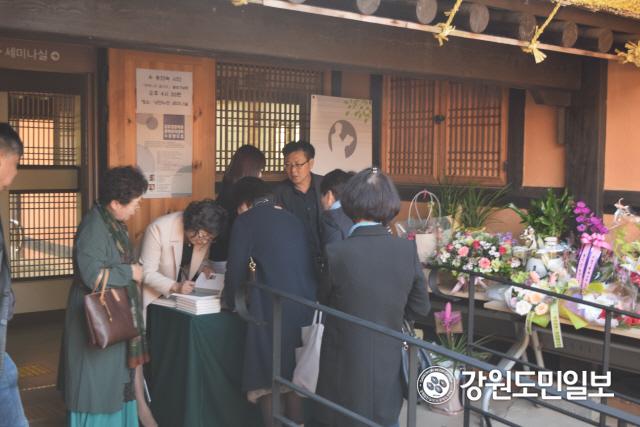 ▲ 송연숙 시집 '측백나무 울타리' 출판기념회가 지난 19일 김유정문학촌 낭만누리에서 열렸다.