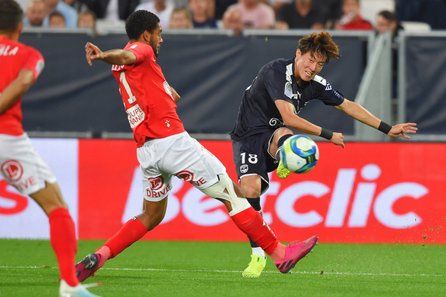 ▲ Bordeaux's Korean forward Ui-Jo Hwang (R) passes the ball during the French L1 football match between Bordeaux and Brest on September 21, 2019, at the Matmut Atlantique stadium in Bordeaux, southwestern France. (Photo by NICOLAS TUCAT / AFP)