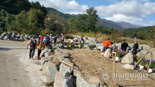 ▲ 간곡리 마을은 아름다운 마을 만들기 사업을 통해 주변 방치 공유지를 정비해 화단으로 조성하고 전통장, 술, 뜨개, 요가 등 귀촌주민을 중심으로 함께하는 프로그램을 운영하고 있다