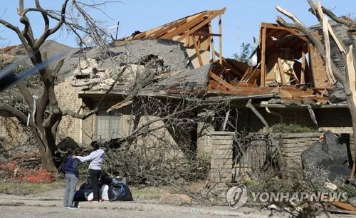 ▲ 댈러스 시내 토네이도로 폭격 맞은 듯한 가옥 [AP=연합뉴스]