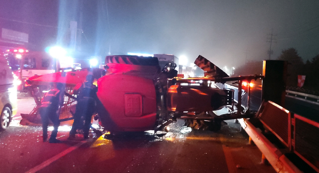 ▲ 22일 오전 5시33분쯤 홍천 갈마곡리의 한 도로에서 A(59)씨가 몰던 1t 트럭이 앞서가던 B(62)씨의 트랙터를 추돌하는 사고가 났다.이 사고로 트랙터 운전자 B씨가 크게 다쳐 병원으로 이송됐다. 윤왕근