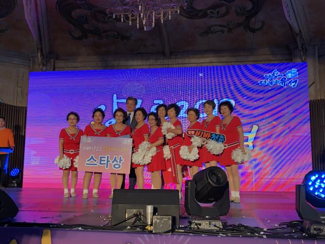 ▲ 춘천남부노인복지관(관장 박란이)의 VIVA청춘 시니어 치어리딩팀이 최근 대전 유성구 두드림공연장 일원에서 열린 '2019 앙코르 실버페스티벌'에서 1등(스타상)을 수상했다.