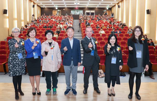 ▲ 제1회 춘천시 유니버설디자인 국제포럼이 24일 '모두를 위한 도시 춘천'이라는 주제로 시청 대회의실에서 열렸다.