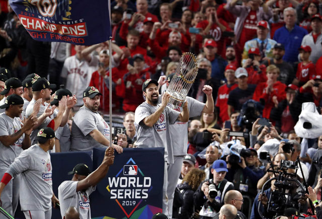 ▲ HOUSTON, TEXAS - OCTOBER 30: Anthony Rendon #6 of the Washington Nationals hoists the Commissioners Trophy after defeating the Houston Astros 6-2 in Game Seven to win the 2019 World Series in Game Seven of the 2019 World Series at Minute Maid Park on October 30, 2019 in Houston, Texas.   Tim Warner/Getty Images/AFP == FOR NEWSPAPERS, INTERNET, TELCOS & TELEVISION USE ONLY == <All rights reserved by Yonhap News Agency>